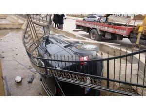 Kanala uçan araçta sürücü yaralandı
