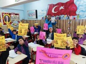 Minik öğrenciler ''5 Dakika Bile Olsa Kitap Okumak'' projesiyle kitap okumayı seviyor