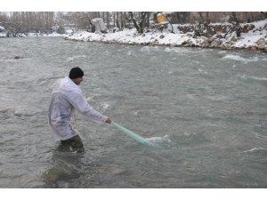 Beytüşşebap'ta eksi 10 derecede balık avı