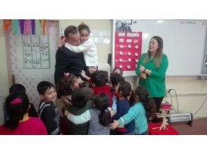 Ağrı Milli Eğitim Müdürü Tekin'in çocuk sevgisi