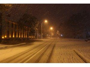 Erzincan'da kar ve tipi okulları tatil etti