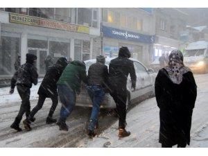 Besni'de kar hayatı felç etti