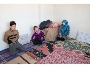 Savaştan kaçan Afgan kardeşler çatı katında yaşam mücadelesi veriyor
