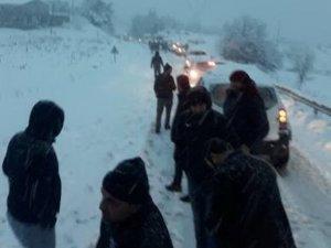 Onlarca araç karlı yolda mahsur kaldı