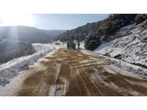 Sarıgöl Belediyesi yollarda tuzlama çalışması yapıyor