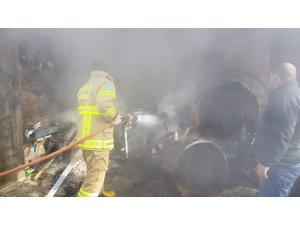Yangında motosiklet ve gübre makinası yandı