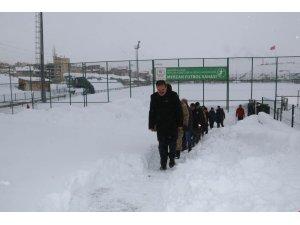 Vali Akbıyık, futbol sahasında incelemelerde bulundu