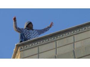 İntihara kalkışan şahıs çatıya çıktı, vatandaşlar cep telefonuna sarıldı