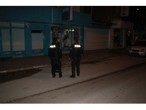 Hırsızlar marketin camını kırdığı sırada polise suçüstü yakalandı