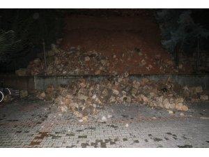 Apartmanın istinat duvarı çöktü, 3 otomobilde hasar oluştu
