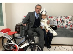 Sünnet olan çocuklara hediye bisiklet