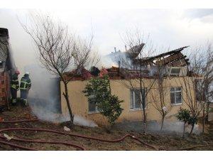 Rüzgarda kayan çatı bacayı yıkınca yangın çıktı