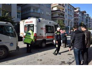 Trafikte araçların arasında kalan kağıt toplayıcısı yaralandı