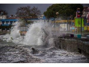Lodosun oluşturduğu dev dalgalar sahilleri dövüyor
