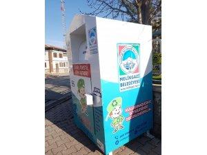 Melikgazi'deki kıyafet kutuları sosyal belediyeciliğe örnek