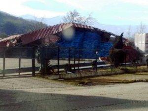 Rüzgardan uçan çatı 2 işçiyi yaraladı
