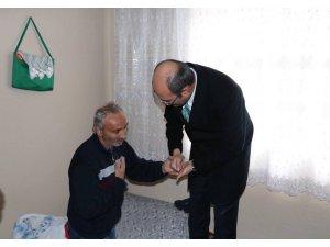 Kaymakam Aydın hasta ve yaşlıları evlerinde ziyaret etti