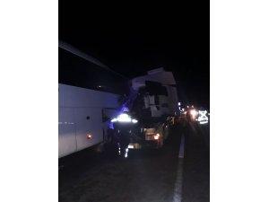 Tır, arıza yapan otobüse çarptı: 1 ölü, 2 yaralı