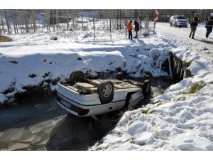 İteklenen otomobil buz tutmuş kanala düştü