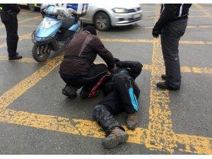 Kaza yapan motosiklet sürücünü arkadaşı bir an olsun yalnız bırakmadı