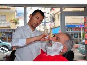 Manisalı kuaförlerden gazetecilere ücretsiz saç bakım jesti