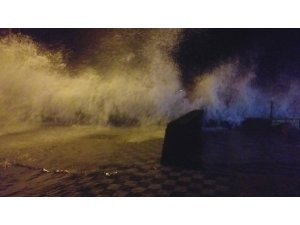 Marmara'yı lodos vurdu: Dalgaların boyu 6 metreyi geçti