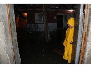Manisa'da şiddetli yağış su baskınlarına neden oldu
