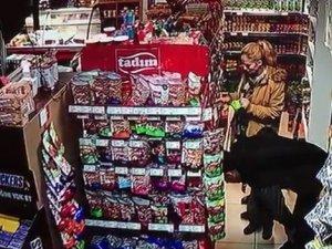 Küçük çocuğunun yanında hırsızlık yapan anne ve baba kamerada