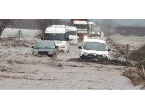 İzmir'de Tire-Belevi karayolu, kuvvetli sağanakla birlikte oluşan sel nedeniyle trafiğe kapandı. Bölgede araç kuyruklarının olduğu ve bazı araçların mahsur kaldığı belirtilirken, taşkının yaşandığı noktaya çok sayıda itfaiye