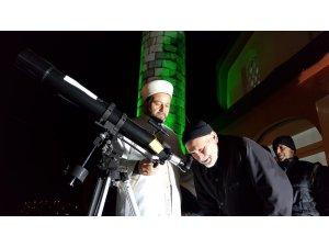 Camiye ilgiyi arttırmak için caminin damına teleskop kurdu