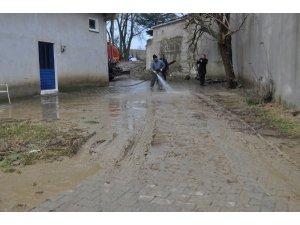 Tekirdağ'da dere taştı, mahalleyi su bastı