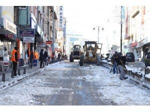 Nevşehir'de belediye ekipleri kar temizliği yapıyor