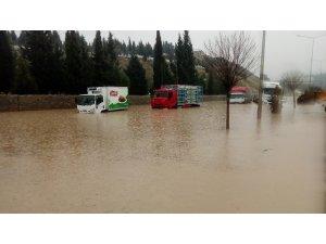 İzmir'de aşırı yağıştan yol kapandı