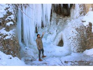 Buz tutan Girlevik Şelalesi'nde 2 metrelik buz sarkıtları oluştu