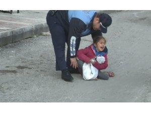 Dilenci kadın küçük çocuğunu yol ortasında bırakıp kaçtı