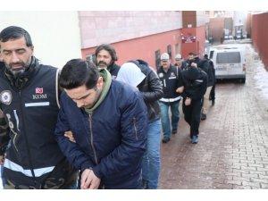Suriyelilere sahte kimlik ve ikametgah belgesi düzenleyen 7 kişi adliyeye sevk edildi