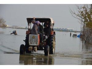 Sular altında kalan evlerini terk ettiler