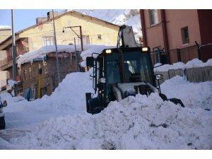 Beytüşşebap ilçesi kara gömüldü, kar kalınlığı yer yer 2 metreyi buldu
