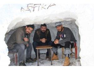 """Kar çok yağınca """"Kardan kafe"""" yaptılar"""
