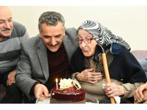 Asırlık nineye validen sürpriz doğum günü
