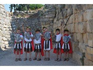Troya için çocuklar oyuncu, anneleri ayakkabı ustası oldu