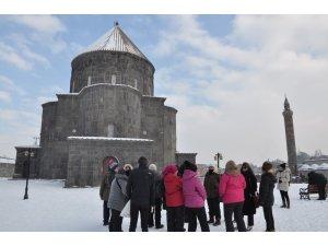 Kars Kümbet Cami ziyaretçi akınına uğruyor