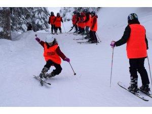 Kırsal mahallelerdeki öğrenciler kayak öğreniyor