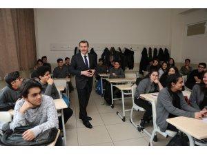 AK Parti'nin Zeytinburnu adayı Ömer Arısoy'dan öğrencilere kitap tavsiyesi