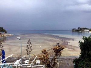 Datça'da denize sızan yakıt geniş bir alana yayıldı