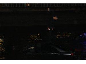 Kanala düşen otomobilin üzerinde çaresizce kurtarılmayı bekledi