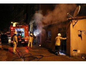 Üsküdar'da korkutan yangın: 2 çocuk dumandan etkilendi