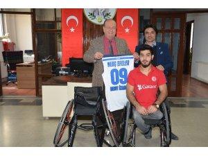 Başkan Özakcan engelli sporcuyu sevindirdi