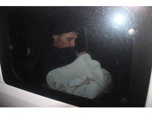 Karısını bıçaklayıp 7 aylık bebeğini rehin aldı