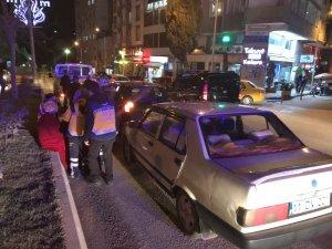 Yayaya çarpmamak için duran otomobile arkadan gelen araç çarptı, 1 yaralı